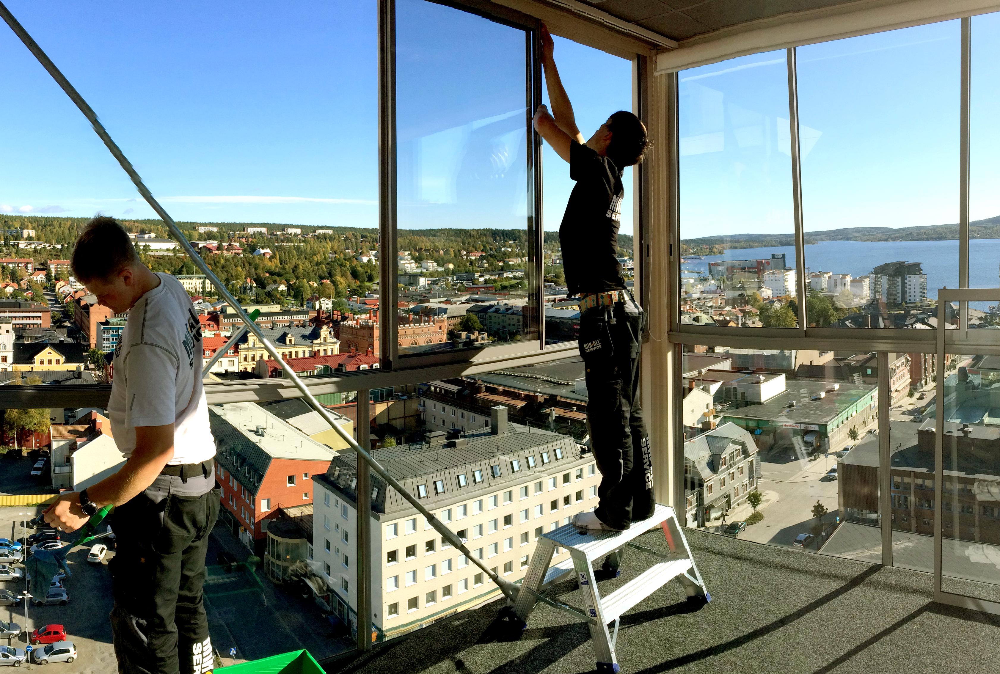 MIK ALL Service AB putsar alla fönster på Ting1 i Örnsköldsvik.