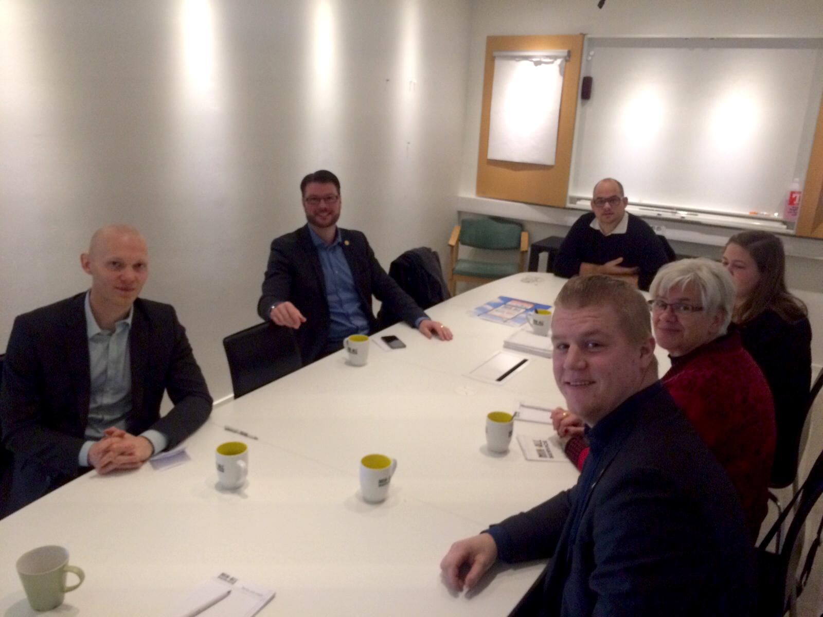Möte i MIK ALL Service konferensrum med medlemmar från riksdagen, örnsköldsvik