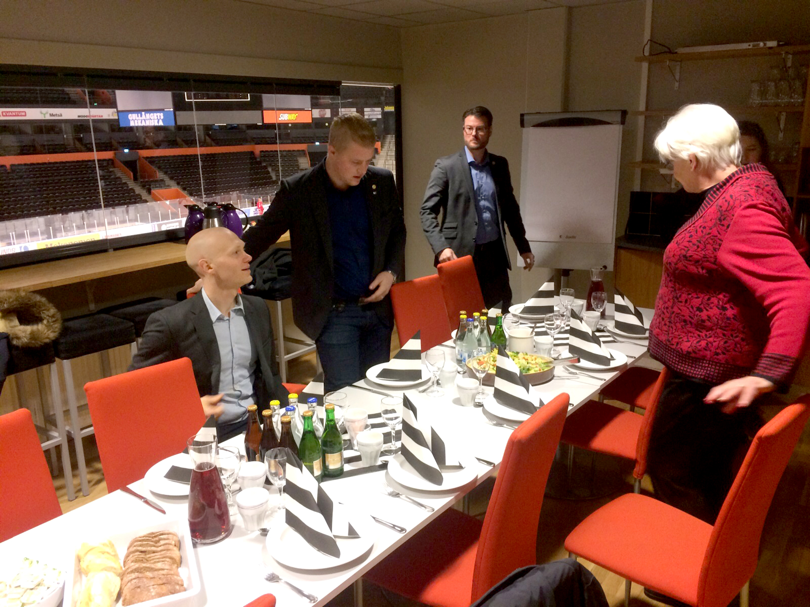 Medlemmar från riksdagen besökte MIK ALL Service, lunch på fjällräven centrum