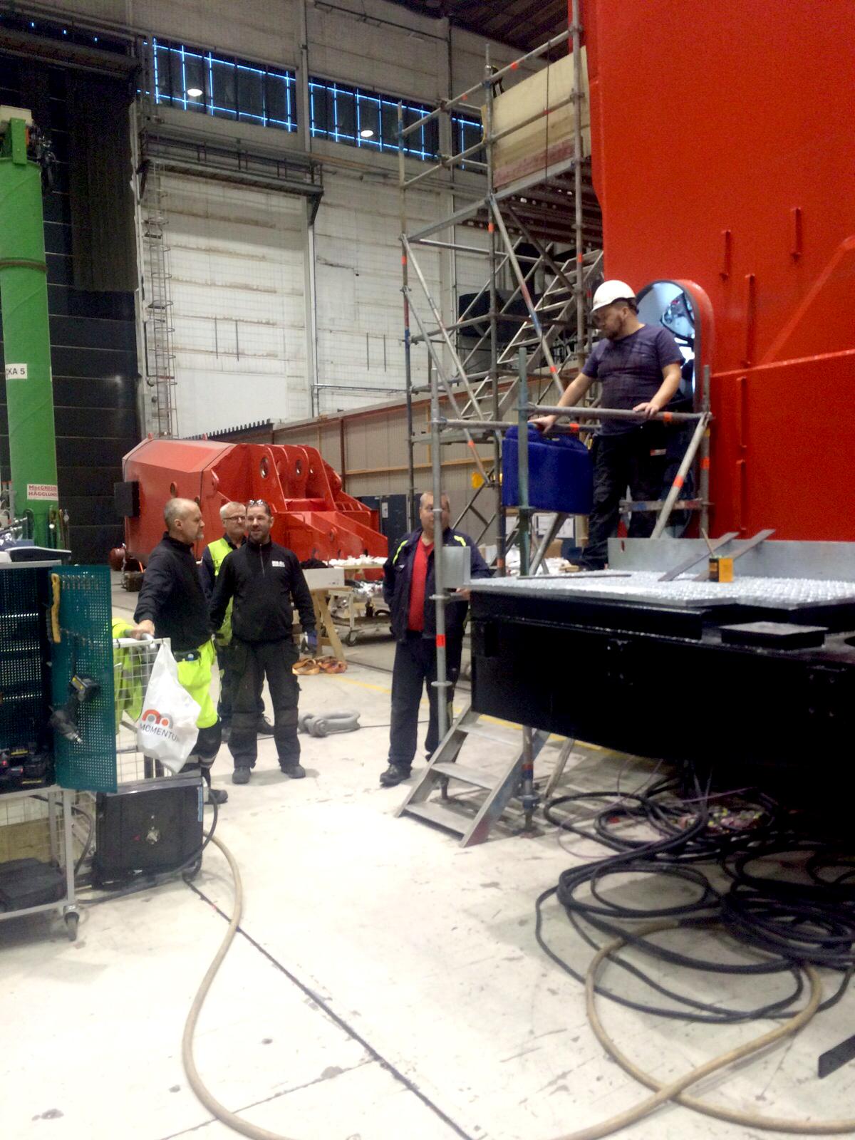Svetsare och montörer från MIK ALL Service i Örnsköldsvik monterar och svetsar ihop delar till en hamnkran.
