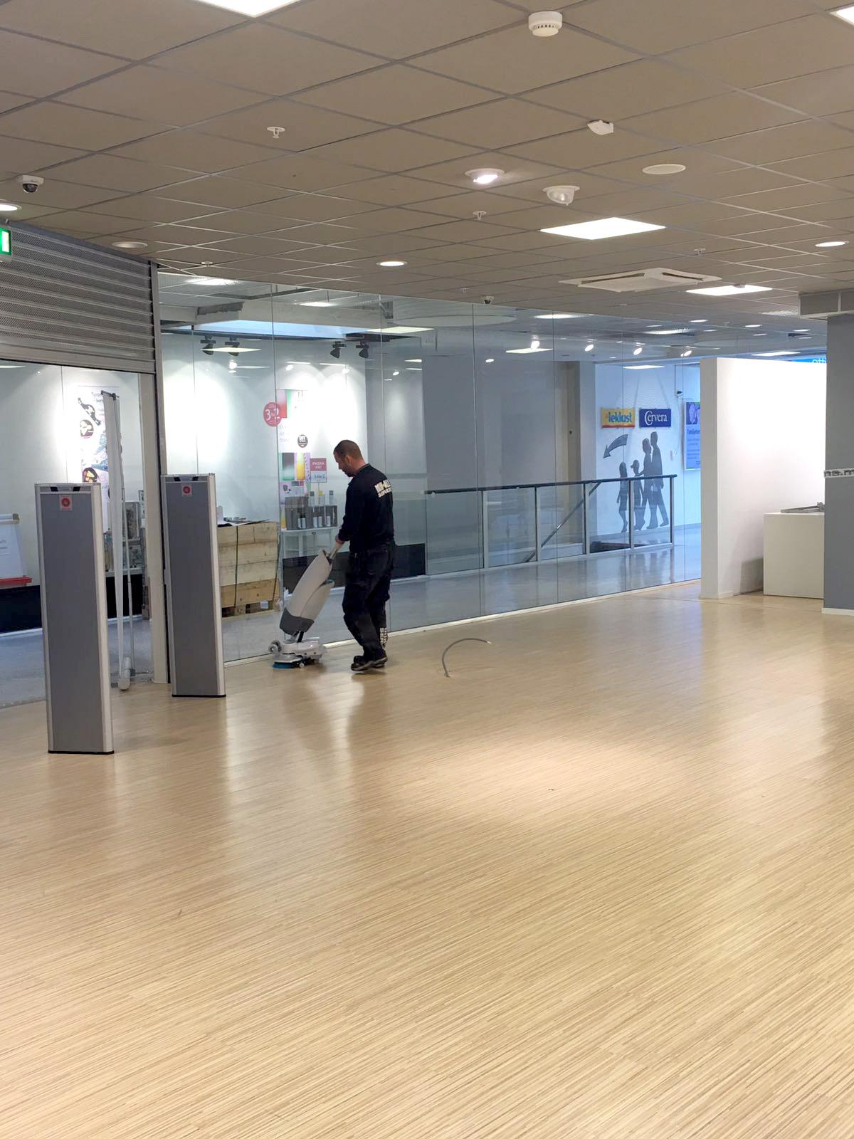 Golvvård på Grafit (apple butiken) i Örnsköldsvik. mIK ALL Service Ab Städfirma