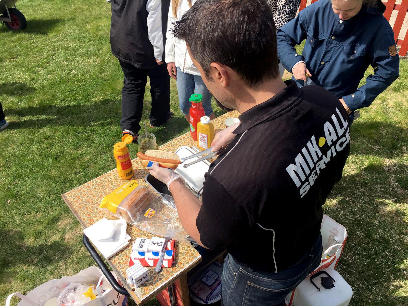 MIK ALL Service bjuder på lunch, korv med bröd på jakttornet.